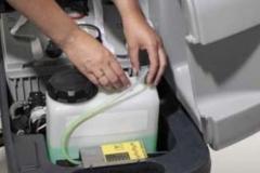 Maszyna czyszcząca Nilfisk BA CA 551 611_dolewania detergentu