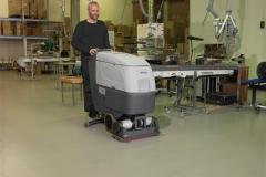 Maszyna czyszcząca Nilfisk BA CA 551 611_mycie posadzki przy linii produkcyjnej