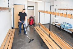Odkurzacz z rodziny Viper LSU przy sprzątaniu szatnik w szkole podstawowej