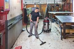 Odkurzacz z rodziny Viper LSU przy odkurzaniu stolarni - duża moc ssąca