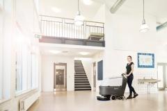 Maszyna czyszcząca Nilfisk SC530 na korytarzu szkolnym