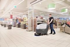 Maszyna czyszcząca Nilfisk SC530 sprząta w supermarkecie