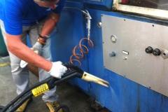 mycie obrabiarki CNC przemysłową parownicą Steam Box Industrial