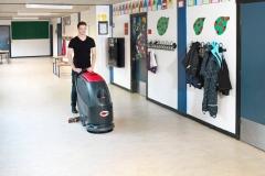 maszyna czyszcząca Viper AS430C podczas sprzątania szkoły