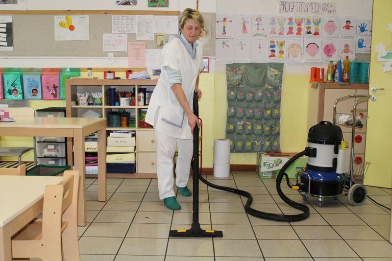 mycie podłogi w przedszkolu parownicą profesjonalną carmen plus