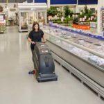Jaka maszyna do mycia podłogi w sklepie i markecie? Wybieramy optymalne rozwiązanie