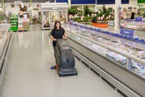 czyszczenie podłóg sportowych i w marketach