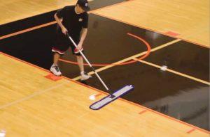czyszczenie podłogi w sali gimnastycznej